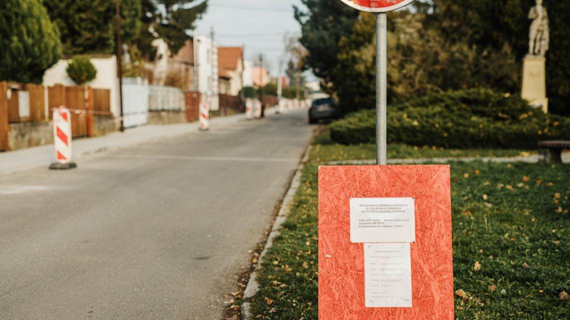 Odovzdanie chodníka po stavebných úpravách.